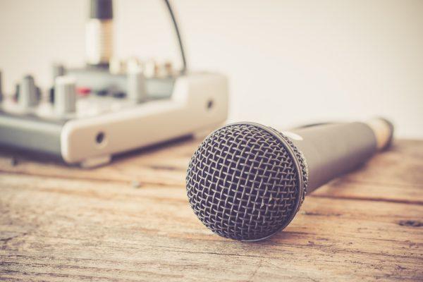 Imagen de micrófono y mesa de mezclas para 'Beneficios del uso del podcast en la estrategia de Marketing Online de tu empresa' - Marketing Novae